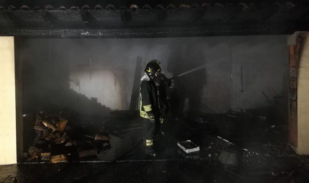 Rischio esplosione a Viguzzolo per due bombole di gas a fuoco in un garage. Le immagini