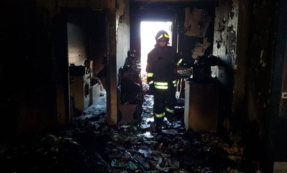 Le immagini dell' appartamento distrutto dalle fiamme a Tortona. Cosa può fare una candela accesa