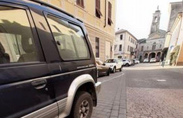"""Basta parcheggiare l'auto a sbafo in via Colombo a Tortona: """"I vigili devono intervenire""""."""