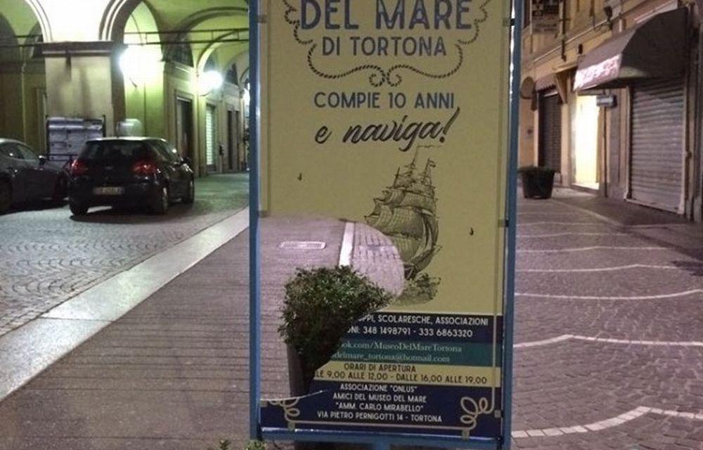 A Tortona i vandali rompono il cartellone del Museo del mare