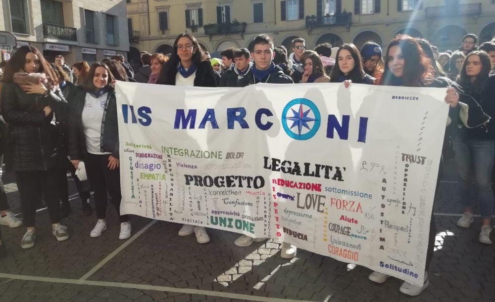 Gli studenti dell'ITIS Marconi di Tortona in piazza contro il bullismo