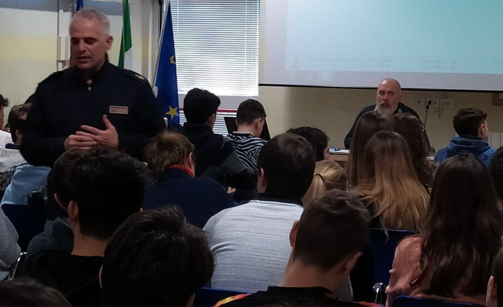 la Polizia al Liceo Peano di Tortona contro il cyberbullismo