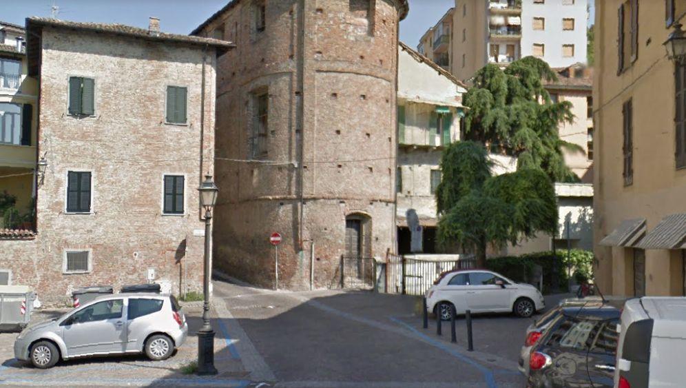 Coronavirus a Tortona: 12 ragazzi assembrati in piazza San Simone e 6 stranieri al Movicentro sorpresi dai Carabinieri
