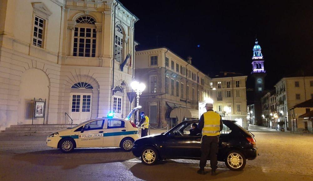 Un ubriaco gira tra i banchetti del mercato di Casale Monferrato, interviene la Polizia Municipale e per lui è notte fonda