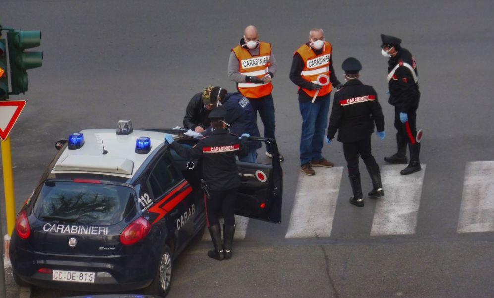 A Tortona solo in un giorno 30 verbali dei Carabinieri nei confronti di chi esce senza giustificazione. Le immagini dei controlli