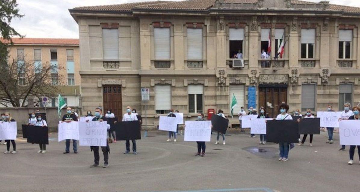 Il futuro dell'ospedale di Tortona non è certo e così scatta la protesta in piazza. Le immagini