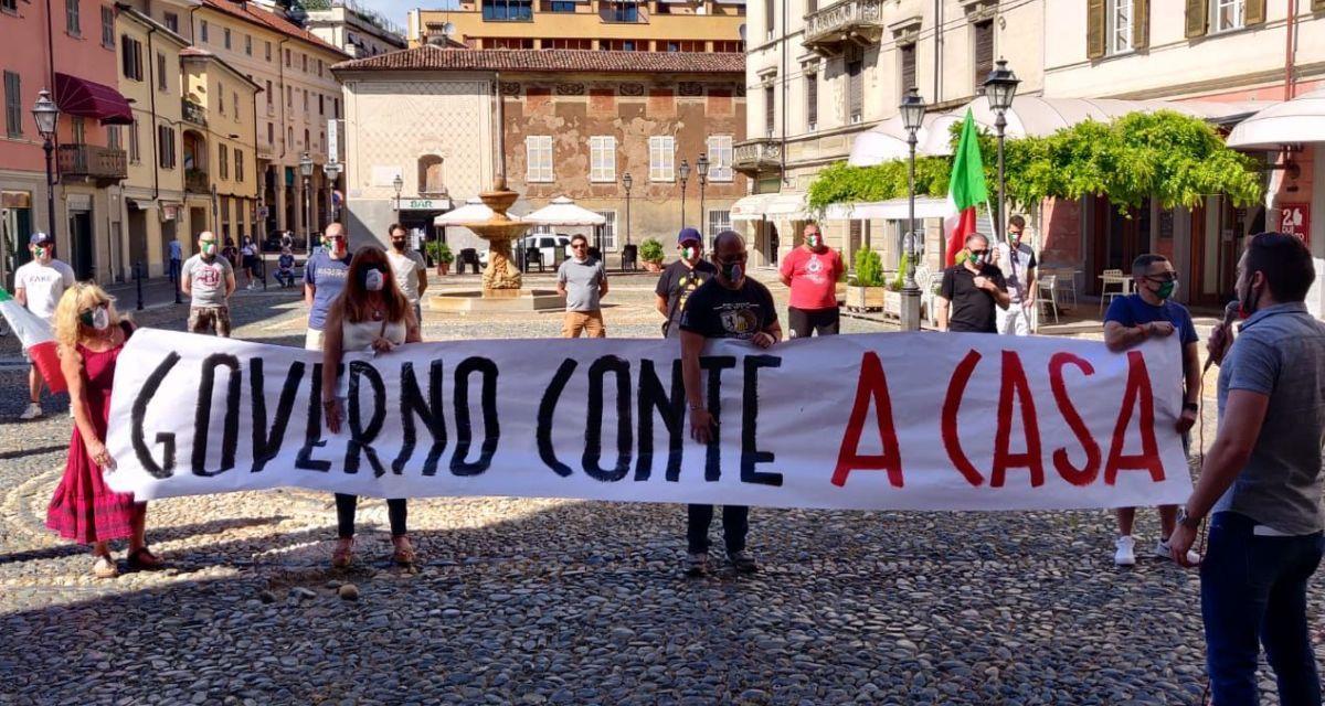 Mascherine tricolori, sesto sabato in piazza per migliaia di italiani, anche a Tortona. Non si ferma la protesta contro il governo Conte