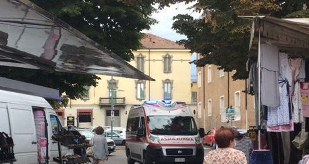 Apprensione al mercato di Tortona per la presenza di questa ambulanza ma per fortuna era solo un malore