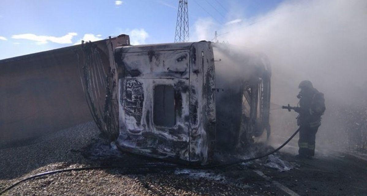 Fra Castelnuovo e Pontecurone questo camion sbanda e prende fuoco: ferito l'autista e strada chiusa per ore