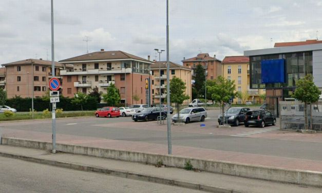 A Tortona, in questo piazzale, aggrediscono una pensionata e le strappano la borsetta ma lei reagisce e le ladre scappano