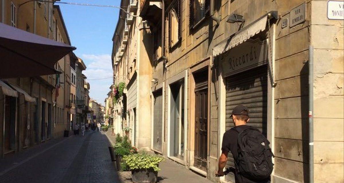 """I commercianti di Tortona in subbuglio: """"Siamo stanchi di pulire le cacche dei cani in via Emilia!"""""""