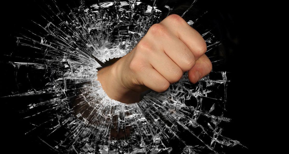 Uomo di 53 anni s'incazza con la mamma e spacca i mobili di casa, denunciato a Cassine
