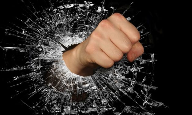Rumeno incazzato, spacca con un pugno lo specchietto di un'auto parcheggiata ad Alessandria