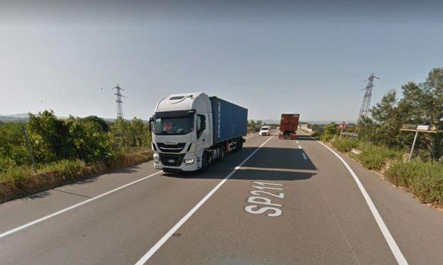 A Tortona una donna alla guida di un Tir vola nella scarpata sulla Statale: camion distrutto, lei illesa