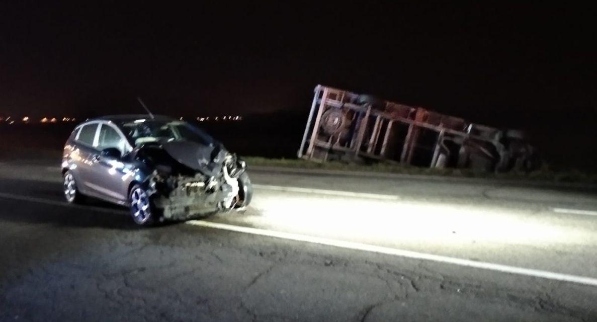 Schianto frontale alla periferia di Tortona fra quest'auto e il camion, traffico in tilt e un ferito
