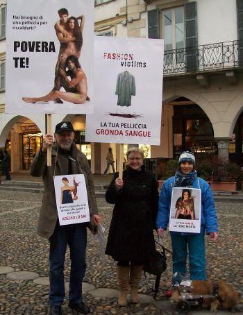 Paola Re, Ivana Giganti, Bruno Stivevic della LAV di Alessandria ed Ettore, il loro cagnolino.