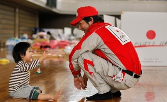 Rui Sato et un volontaire de la Croix-Rouge, photo prise par Hiro Komae (Associated Press)