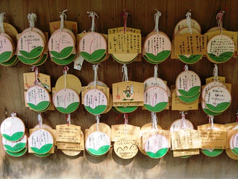 Ema en forme de pêches au sanctuaire Kibitsuhiko dans la préfecture d'Okyama