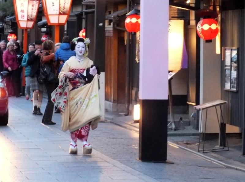 Gion - 19 - maiko en retard en route pour le Yasaka Hall