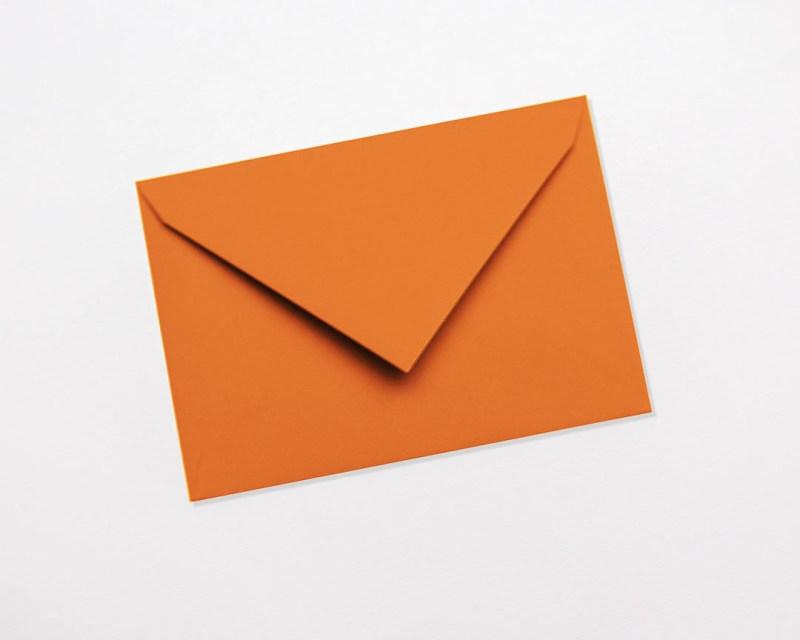 gekleurde enveloppen oranje donkeroranje