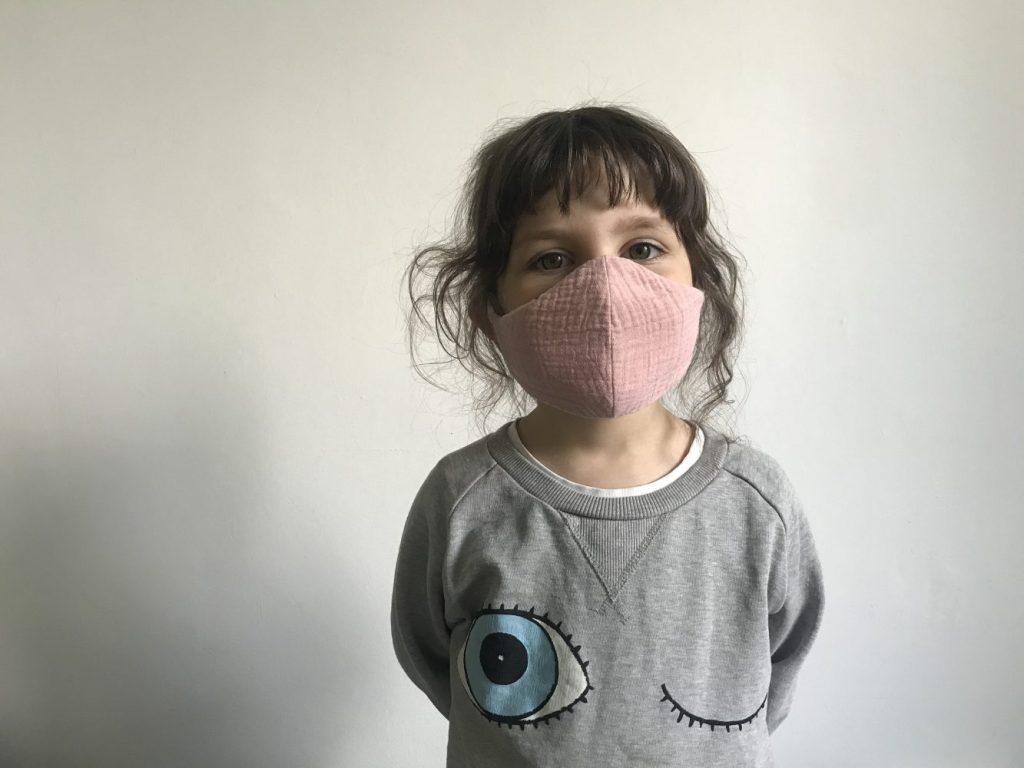 Mädchen mit Musselin-Stoffmaske