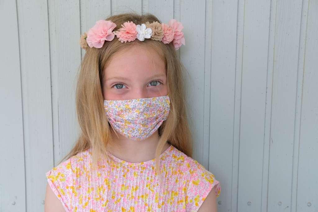 Mädchen mit Liberty-Maske Wiltshire Berry Stoff