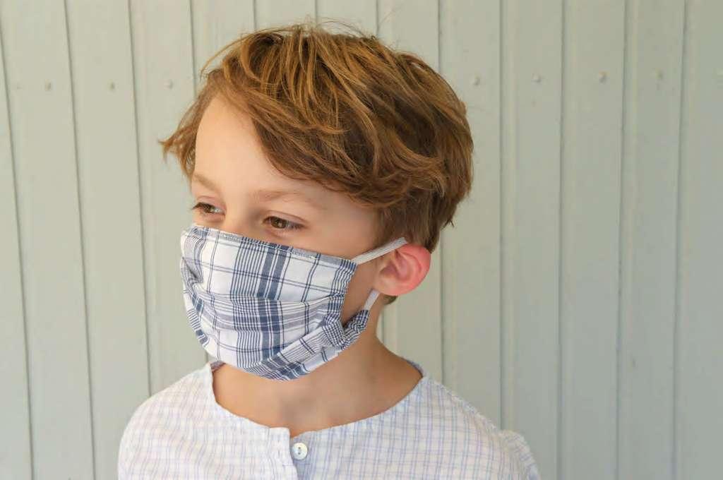 Junge mit Mund-Nasen-Schutz kariert