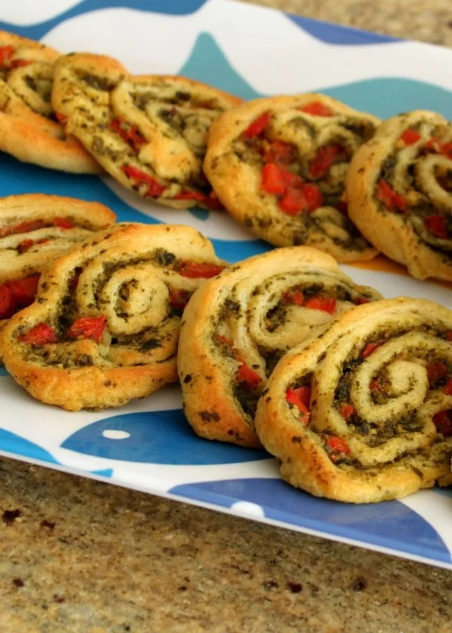 With just a few ingredients this Party Pesto Pinwheel recipe is easy to put together in a pinch - friends will love it! | OHMY-CREATIVE.COM #pestopinwheelappetizer #pinwheelappetizer #appetizer #pesto