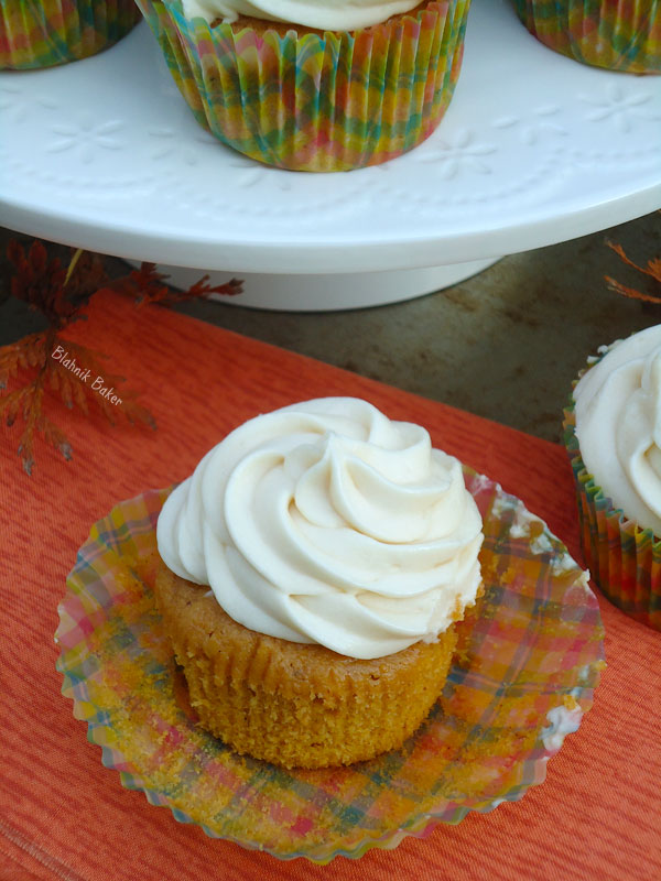 pumpkin-cupcakes-with-cream-cheese-frosting
