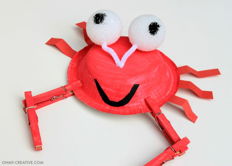 This Easy Paper Plate Crab Kids Craft is adorable for kids to make. Perfect for a summer craft on a hot afternoon, on vacation at the beach or in the classroom. Great under the sea party activity too! |  OHMY-CREATIVE.COM