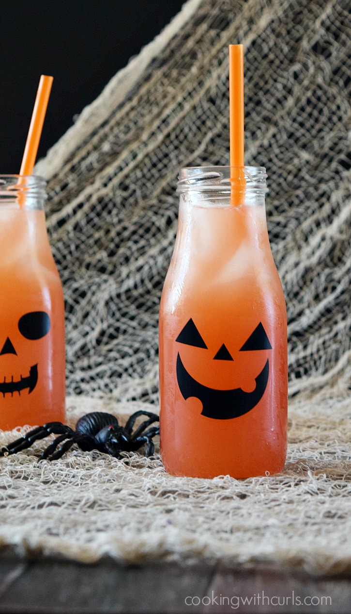 Make some Jack O Lantern Cocktails to share with your friends this Halloween cookingwithcurls.com