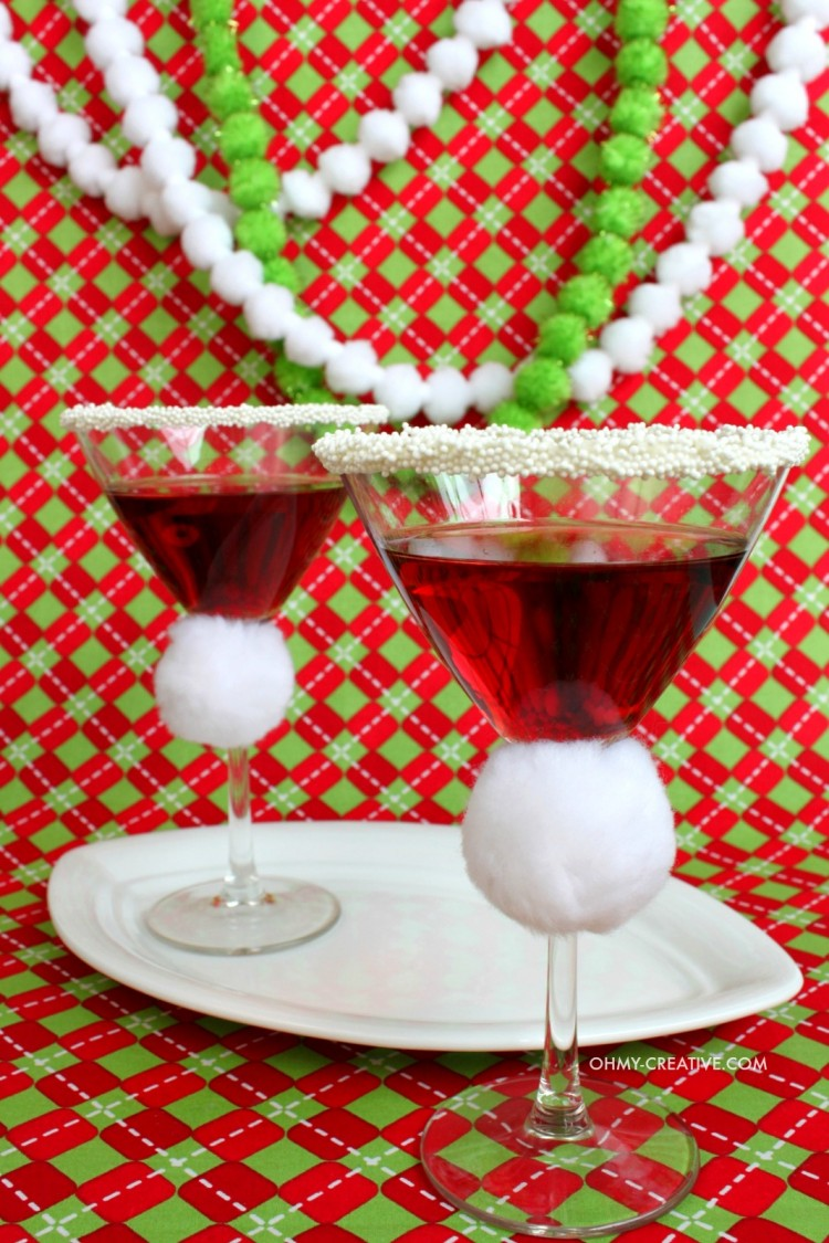This festive Pomegranate Santa Hat Martini is so good! | OHMY-CREATIVE.COM | Pomegranate Martini | Christmas Drink | Christmas Cocktail | Pomegranate Liqueur | Vodka Martini Recipe | Pomegranate Cocktails | Christmas Cocktails
