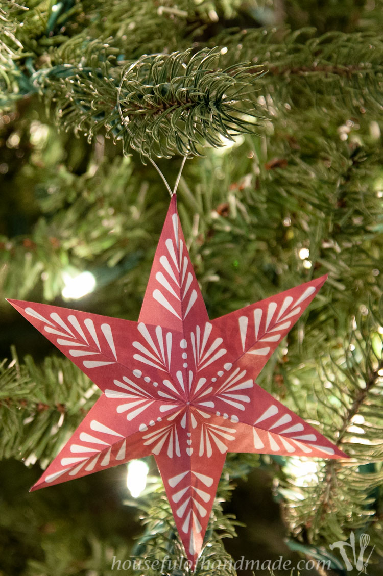 Trim the tree with these beautiful printable 3D snowflake star ornaments. Easy to print and fold and add instant style to your Christmas tree this year. | OHMY-CREATIVE.COM