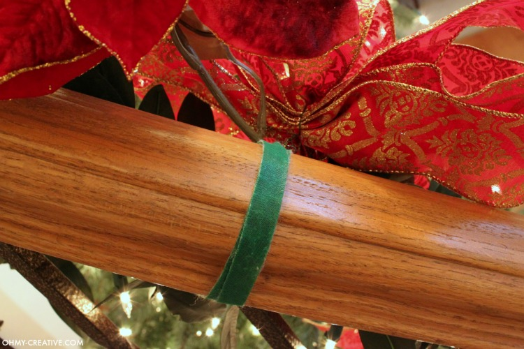 Cascading garland is a gorgeous way to decorate the staircase, but can seem to be a challenge to attach. With this quick tip, it can be so EASY to Hang Garland on Staircase Banisters   OHMY-CREATIVE.COM