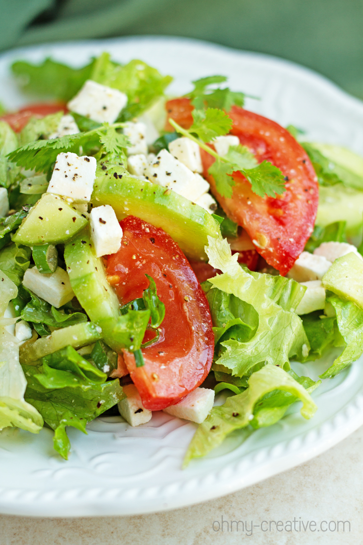 Tomato and Cucumber Feta Salad - Easy and healthy cucumber feta salad recipe with tomatoes, chive and freshly cracked pepper. Perfect for lunch or dinner. Light and delicious! I Oh-My Creative.com