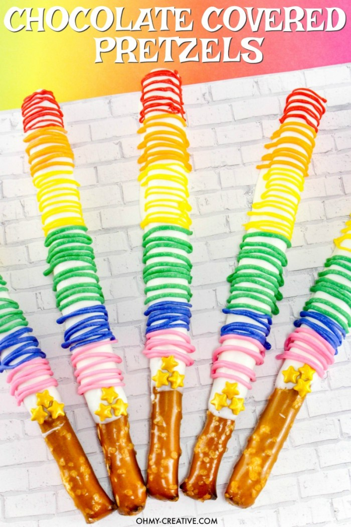 How to make Chocolate Covered Pretzel Rods | Rainbow Pretzel Rods | OHMY-CREATIVE.COM | white chocolate pretzels | Chocolate Pretzel Sticks | Pretzel Rods | Pretzel Sticks | Chocolate Covered Pretzels | Dipped Pretzels | St. Patrick's Day | Rainbow Dessert | Easy Finger Food