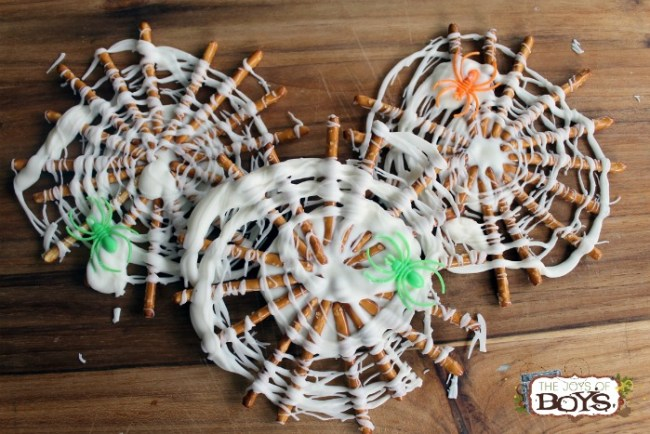 Oh My Creative | Easy Treats | Treats for Kids | Easy Halloween Activities | Easy Halloween Treats | Fall Desserts | Halloween Desserts | Fall Treats for Kids | Easy Fall Recipes | Simple Fall Desserts |