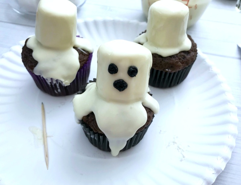 These Marshmallow Ghost cupcakes for Halloween are an EASY semi-homemade treat! OHMY-CREATIVE.COM   #marshmallowghostcupcakes #ghostcupcakes #ghost #halloweentreat #halloweendessert #halloween