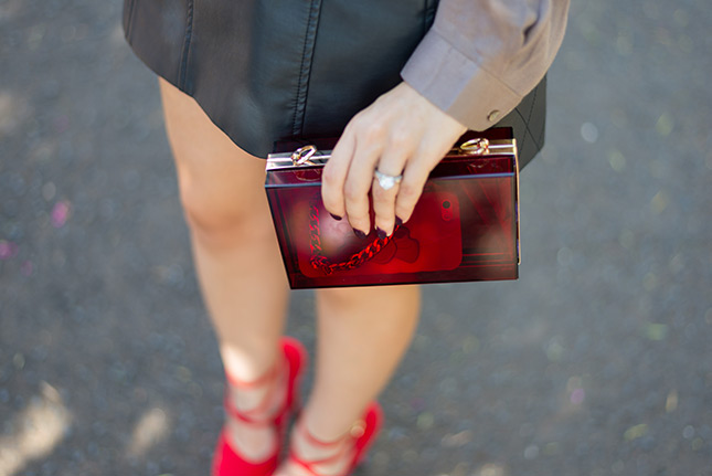 look do dia saia couro renner camisa riachuelo look chique arrumado sapato sammydress sapato vermelho camisa seda blog de moda oh my closet clutch acrylic it bag store ray ban wayfarer
