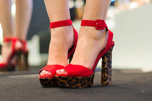 Sandália salto grosso animal print Schutz nos pés de Mônica Araújo.