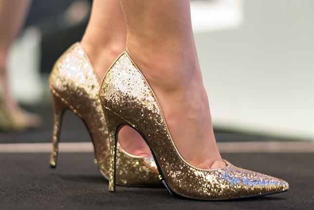 Scarpin Schutz glitter dourado: mais uma escolha do blog Oh My Closet na Schutz de Ribeirão.