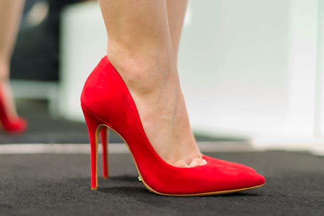 Todo mundo tem que ter um scarpin liso, esse vermelho da Schutz é lindo!