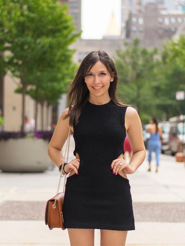 A blogueira Mônica Araújo veste H&M em vestido com recortes e coturno.