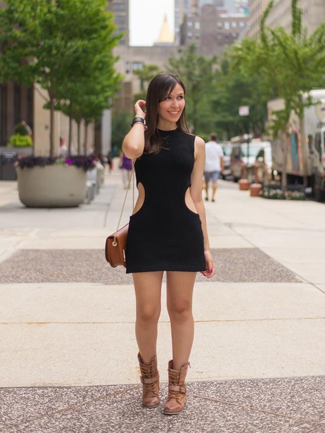 Look da blogueira Mônica Araújo com vestido preto.