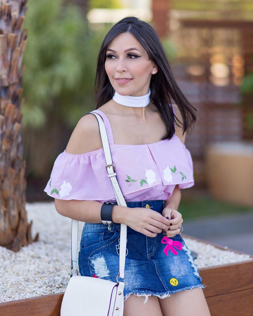 Detalhes blusa tricoline e saia jeans com patches da S Trend. Veja o look da influenciar Mônica Araújo no Oh My Closet!