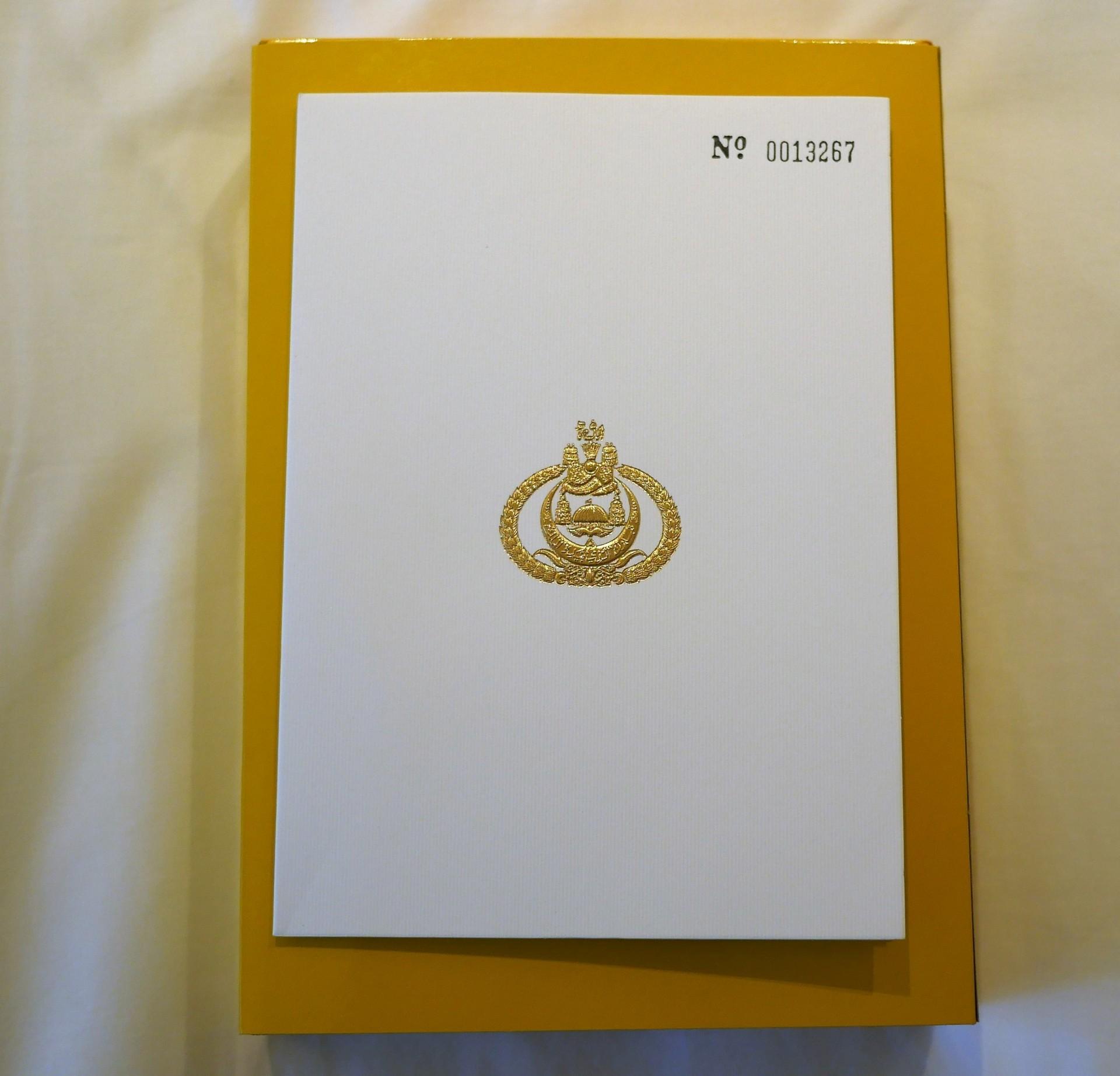 A corte  dalla regina Saleha del Brunei