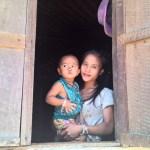 Mutter mit Kind in laotischem Dorf am Mekong