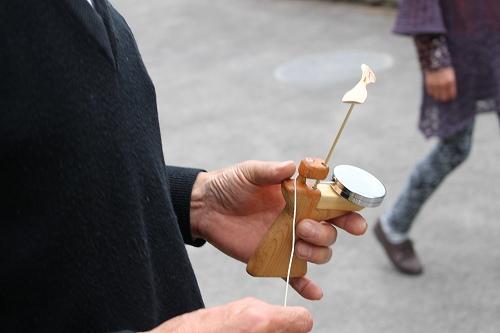 作った竹とんぼで遊んでみます・・・なんだこのマシンは・・・!