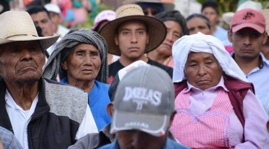 Foto: Un grupo de adultos mayores que reciben apoyos junto a un joven en México, marzo 12 de 2019 (Foto: Especial)