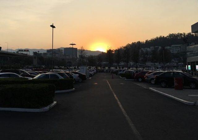 Foto: Disfrutan del ocaso en el estacionamiento del centro comercial Perisur, Ciudad de México, abril 22 de 2019 (Instagram: yorubasoulmx)